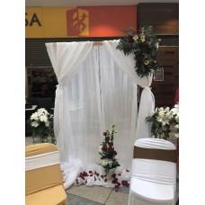 Alquiler de Arco  de Madera  Cuadrado Decorado para Bodas con Tela y Flores