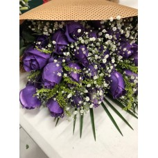 Ramo 24 Rosas moradas con Papel Decorativo