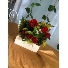 Ramo 8 Rosas con Papel Decorativo