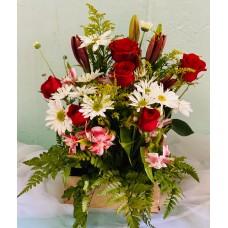 Arreglo Caja Rustica con 4 Rosas Lirios y pomas