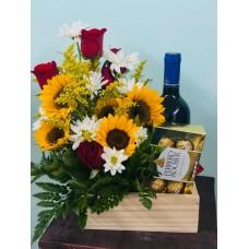 Arreglo Arreglo Caja de Madera con 4 Rosas y 4 Girasoles, Botella de vino y Caja de chocolates Ferrero
