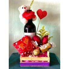 Arreglo en Caja de madera con Vino, rosas, chocolates