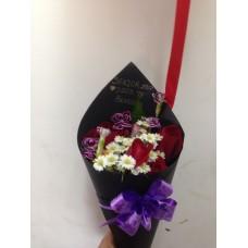Ramo de 5 rosas en Cono Negro