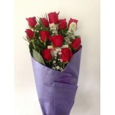 Ramo 12 Rosas con Papel Decorativo