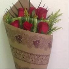 Ramo 6 Rosas con Papel Decorativo Kraft