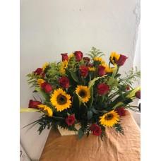 Arreglo en Canasta con 24 Rosas y 24 Girasoles