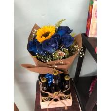 Arreglo Caja Rustica con  6 cervezas 12 rosas azules y 1 girasol